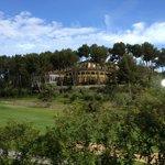 Utsikt fra golfbanen mot svømmebassenget