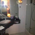 Badezimmer mit Dusche WC und Granit Ecktisch