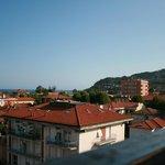 Utsikt från taket där jacuzzi och frukostmatsalen finns