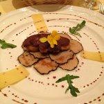 Foie gras poêlé sur carpaccio de truffe blanche