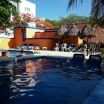 la piscina tiene zonas para descanzar y zonas para recreacion
