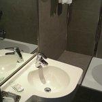 Salle de bain design malgré qq defauts de finition (vasque mal attachée)
