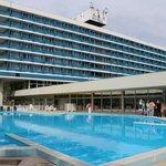 Отель и его бассейн