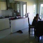 Vista de la cocina y el comedor