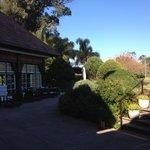 Parte del Jardín y terraza donde se desayuna