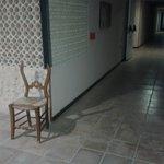 Sillas rotas por los pasillos