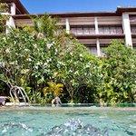 piscina y hotel