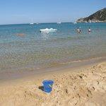 """Spiaggia a """"due""""passi dall' hotel(lettini convenzionati)"""