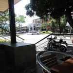 Foto tomada desde las mesitas de la entrada del hotel. Se puede ver el Mall Laureles a escasos m