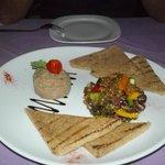 Πατέ από συκωτάκια πουλερικών με σαλάτα φακών και σάλτσα πορτοκαλιού