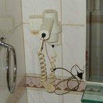 Abenteuerliche Kabelkonstruktion im Bad