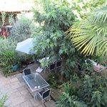 Le coin cuisine en haut et la terrasse du petit déjeuner