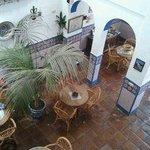 Patio interior inferior donde se desayuna, típico andaluz, precioso