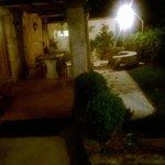 La terraza de O Monte se convierte en un lugar precioso con la iluminación nocturna.