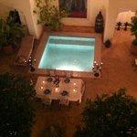 Cena a lume di candela con petali sul tavolo e in piscina
