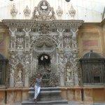 la fontana Rocaille con apoteosi del Principe 18 secolo, rivestita da conciglie