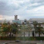 空港管制塔が目の前に見える