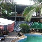 Le chantier au bord de la piscine
