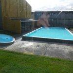 Naturheißer Swimmingpool mit HotPot