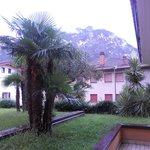 uitzicht vanuit onze kamer aan de achterzijde van het hotel, klein terrasje ook erbij op 1e verd