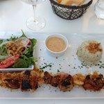 Brochettes poulet- crevettes -bananes/lardées- sauce cacahuete ..excellent