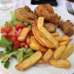 cosce di pollo fritte con insalata e patatine fritte