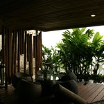 terrazza con arredamento in bambù
