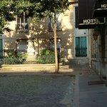 Entrada do Hotel Andre Gill, à direita da foto