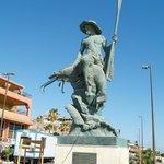 Estátua del Camaronero.. homenaje a los pescadores en el malecón del Viejo Puerto
