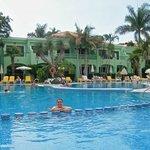 disfrutando de su maravillosa piscina