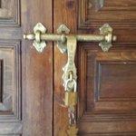 Zimmer-Eingangstür mit Schließriegel und Schloss zum verschließen.