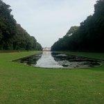 Парк за отелем с озером
