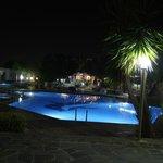Η  πισίνα το βράδυ.