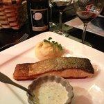 Pavé de saumon Grillé . sauce Basilic et purée maison...