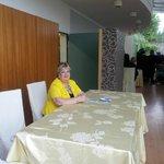 Uno dei locali per ristorazione con, in giallo, la titolare Enza Cutuli