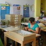 le mamme artigiane al lavoro dentro al Laboratorio
