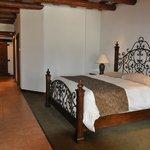Habitación con cama king size y 2 literas. Además de cocineta, sala y baño