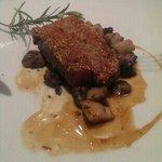 viande avec sésame grillebau miel et des cèpes