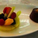 Fondant au chocolate with fresh fruits