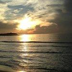 Восход на пляже.