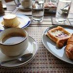 クロワッサンとコーヒー。プリンが何気に絶品。