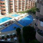 Het zwembad bestaat uit twee delen. Onderaan de foto is het zwembad van het hotel. Daarboven is
