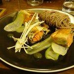 Croustillant de saumon au shiso, condiment pomme verte/bergamotte, nouille soba et shitaké