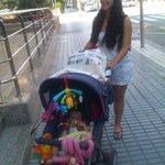 Mi hija Sandra con Lara en la puerta del hotel