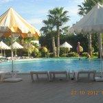 het zwembad met buitenluchtrestaurant