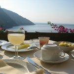 завтрак в отеле и прекрасный вид на море и Позитано