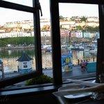 Blick über Hafen während des Essens