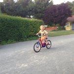 Louis à vélo dans le camping