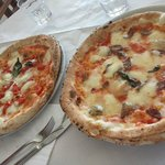 Le due pizze prese, una bufalina e una saporita