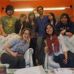 En la recepción del hostel en compañía de los amigos italianos Mattia y Mateo (el 3ero y el 5to)